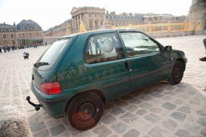 La Wikimobile dans la cour du Château de Versailles.