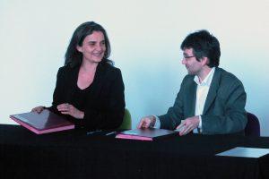Signature entre Agnès Magnien, directrice des Archives nationales, et Rémi Mathis, président de Wikimédia France