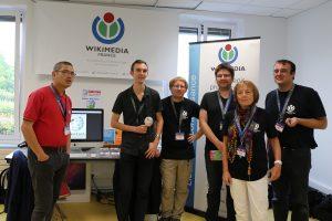 Groupe de Wikimédiens devant le stand (Pymouss, CC-By-SA 3.0)
