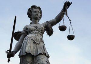 La Justice préside avec sa balance et son épée à Francfort-sur-le-Main.  Photo par Roland Meinecke, sous licence Art Libre.