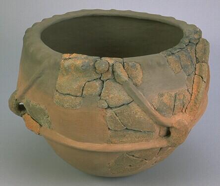 Vase à cordons Néolithique ancien - Musée de Bretagne, CC BY-SA