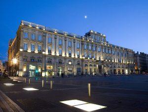 Façade du musée des Beaux-arts de Lyon, de nuit par Corentin Mossière