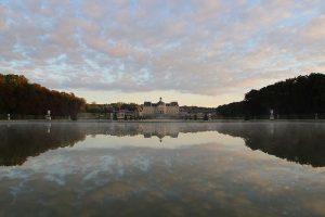 Reflet du château de Vaux-le-Vicomte sur le miroir d'eau à l'aube (Jcvaux BY-SA 4.0)