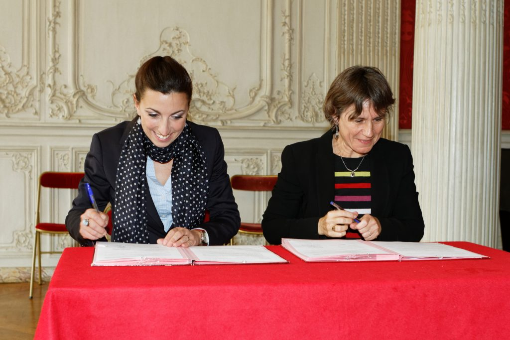 Photo : Signature de la convention de partenariat entre les Archives nationales et Wikimédia France au musée des Archives nationales le 3 novembre 2015