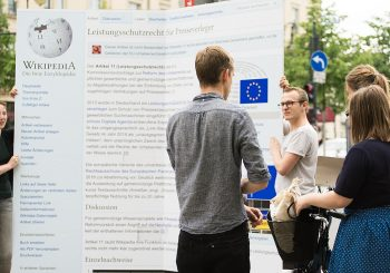 Photo de la mobilisation des wikimédiens contre le projet de directive européenne sur le droit d'auteur devant le bureau d'information de la Commission européenne à Berlin