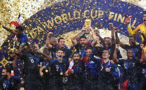 Photo de l'équipe de France de football célébrant la victoire en finale de la coupe du monde 2018 en Russie