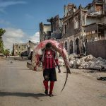 Cliché gagnant en 2ème prix 2017. A man carries a huge hammerhead through the streets of Mogadishu, Somalia. A recent escalation of plunders of Somali waters by foreign fishing vessels could mean the return of hijackings, locals warn..The country's waters have been exploited by illegal fisheries and the economic infrastructure that once provided jobs has been ravaged. Marco Gualazzini 10/10/2015. cc by sa 4.0