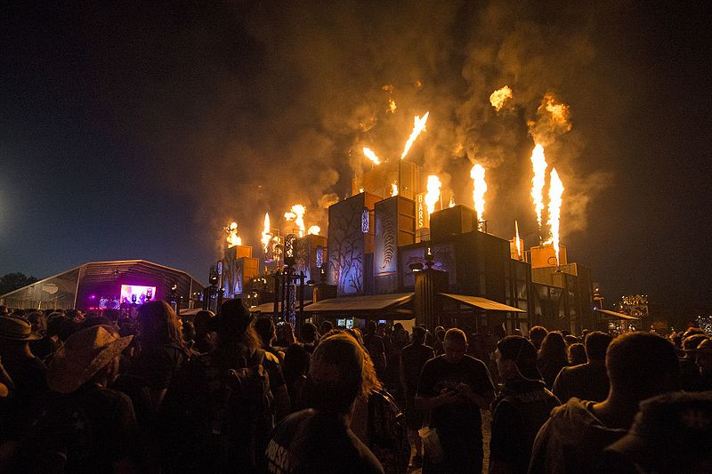Allée du Hellfest 2017 de nuit.