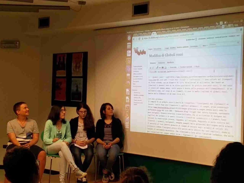 Des élèves devant une présentation de Vikidia sur écan